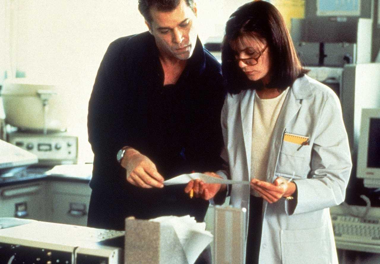 Ray Liotta and Linda Fiorentino in Unforgettable (1996)