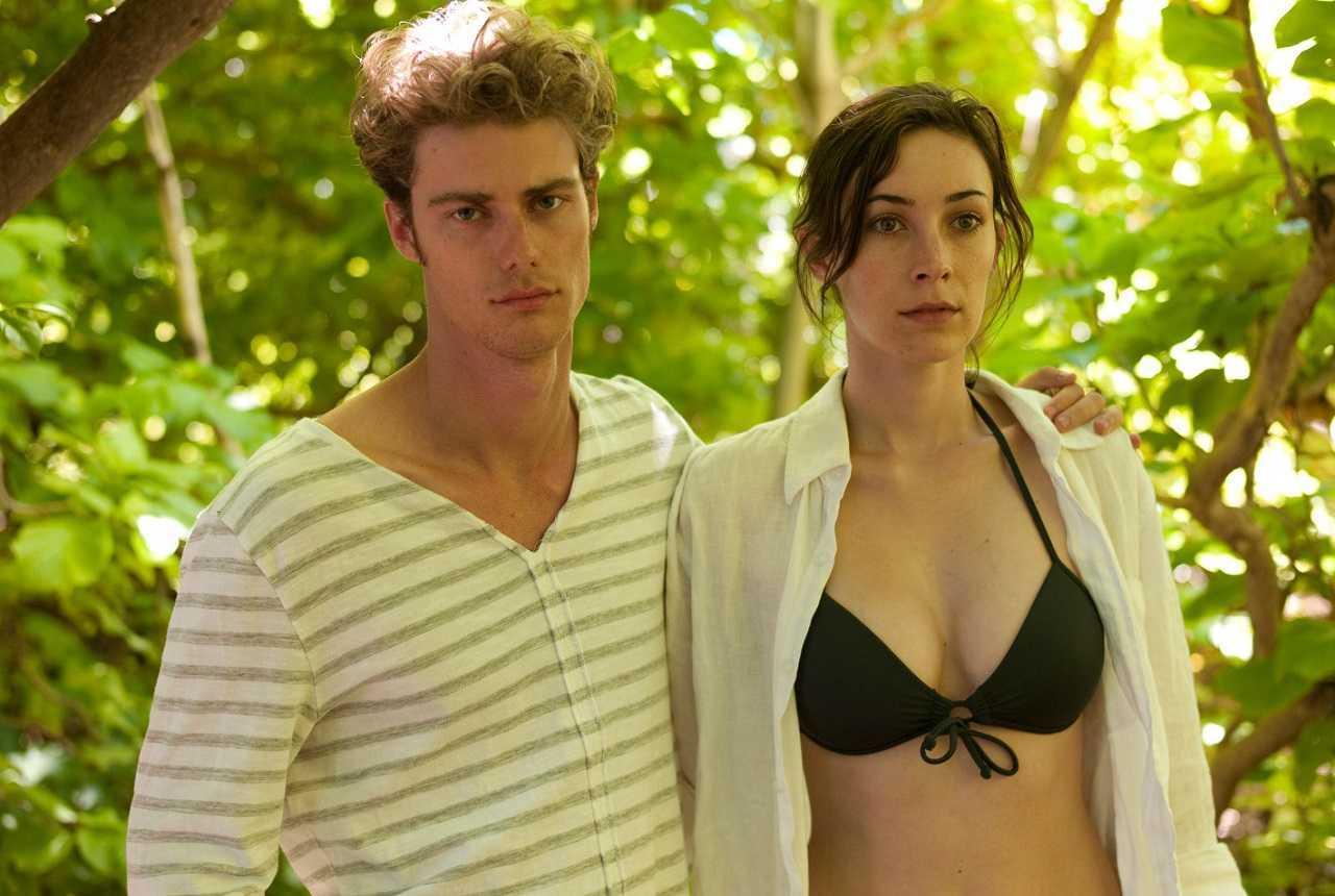Harry (Henry James) and Beth (Geraldine Hakewill) in a getaway on a haunted island in Uninhabited (2010)