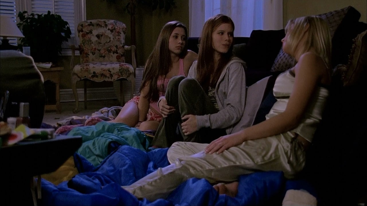 Three girls hold a slumber party - Kate Mara, Olesya Rulin, Hailey Smith in Urban Legends: Bloody Mary (2005)