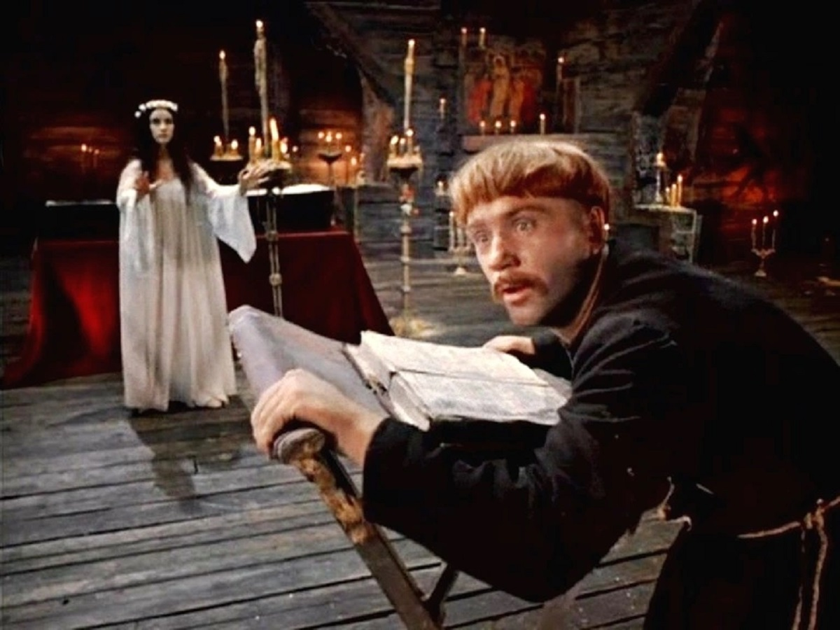 Monk Khoma Brutus (Leonid Kuravlyov) faces the ghost of the young woman (N. Varley) in Viy (1967)