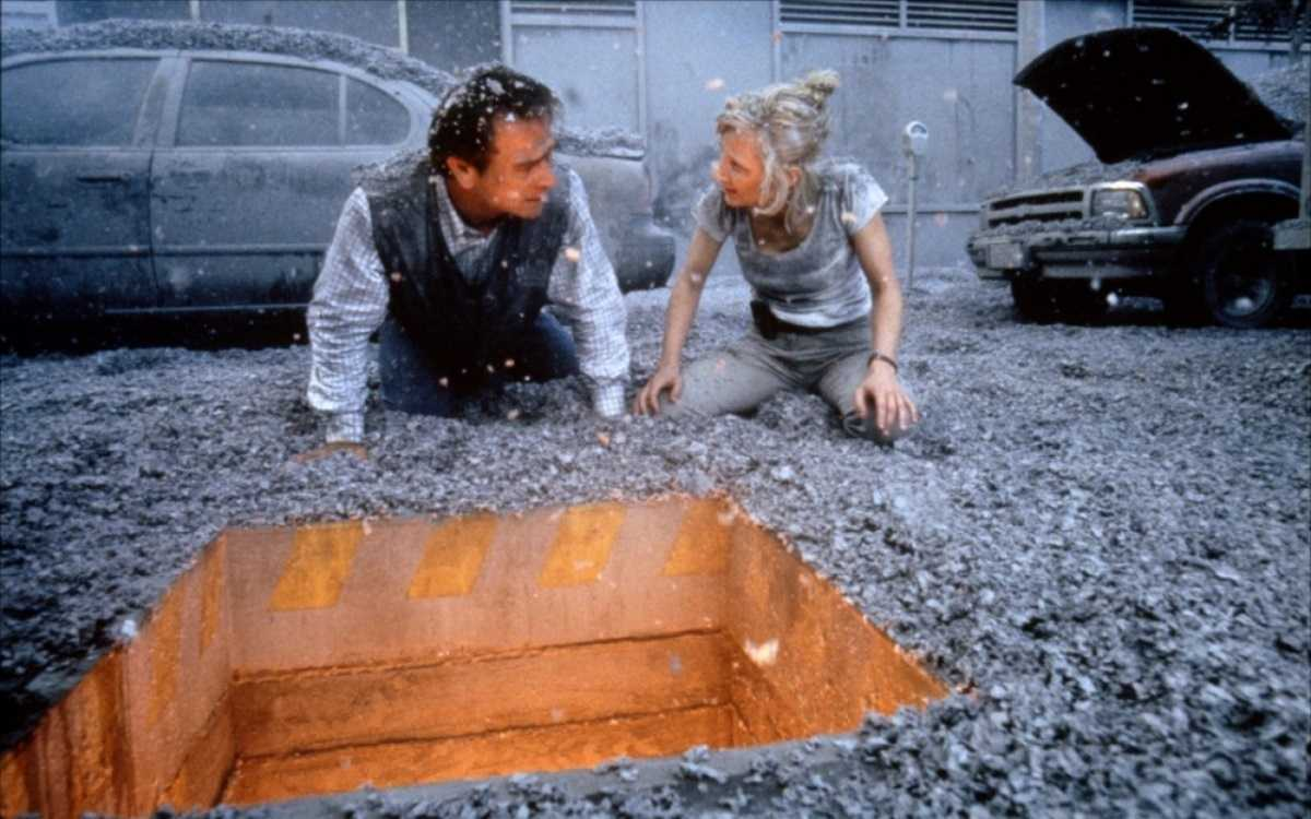 Tommy Lee Jones and Anne Heche detect lava running beneath the streets of L.A. in Volcano (1997)