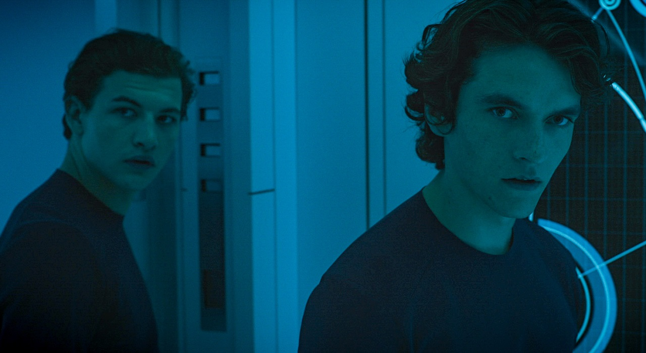 Christopher (Tye Sheridan) and Zac (Fionn Whitehead) in Voyagers (2021)
