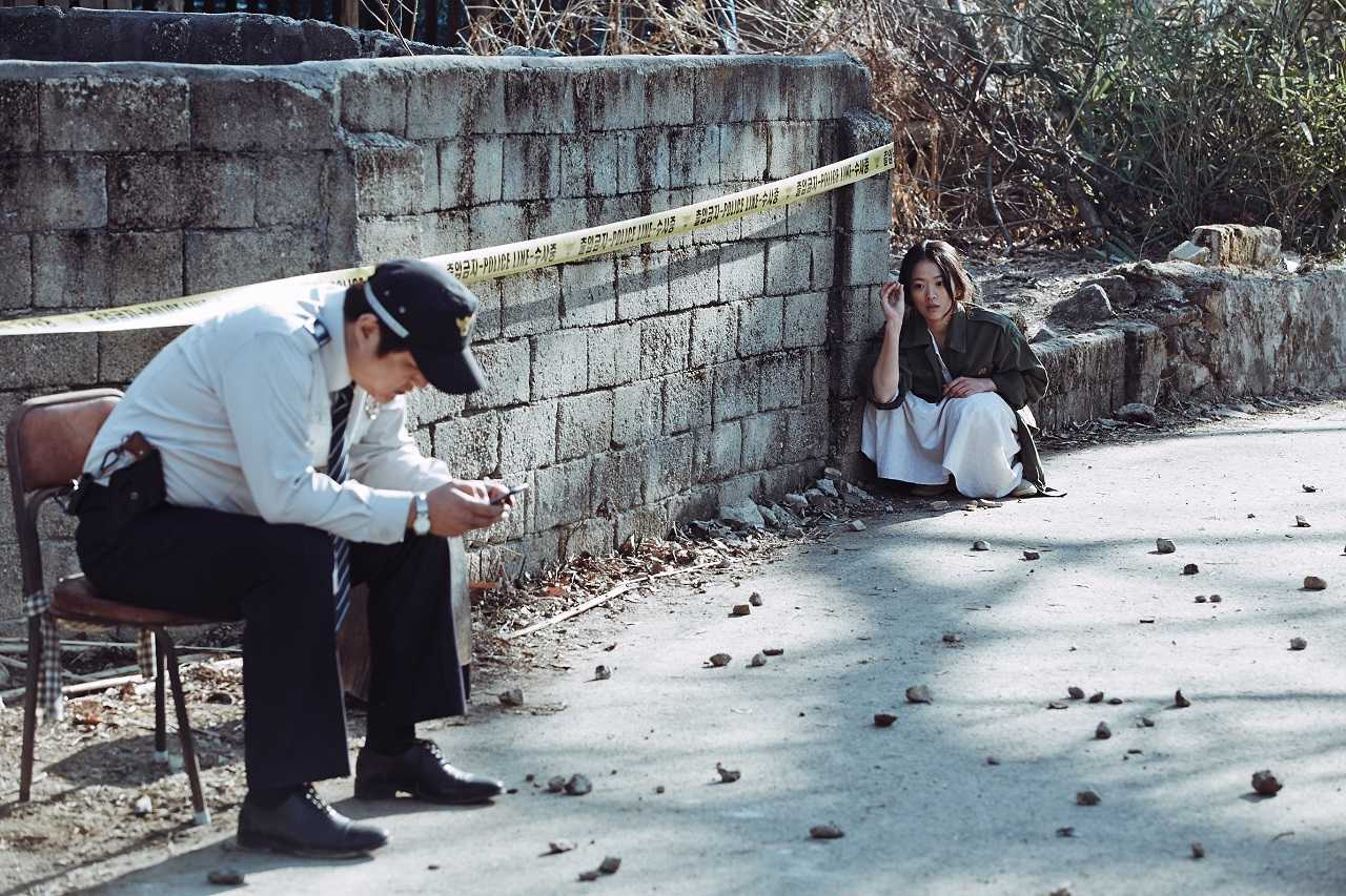 Police officer Kwak Do-won and mystery woman Chung Woo-hee in The Wailing (2016)