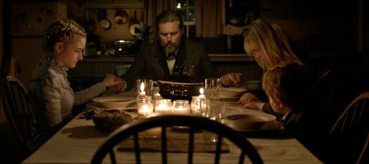 The Parker family sit down to dine - (l to r) Julia Garner, father Bill Sage, Ambyr Childers and Jack Gore in We Are What We Are (2013)