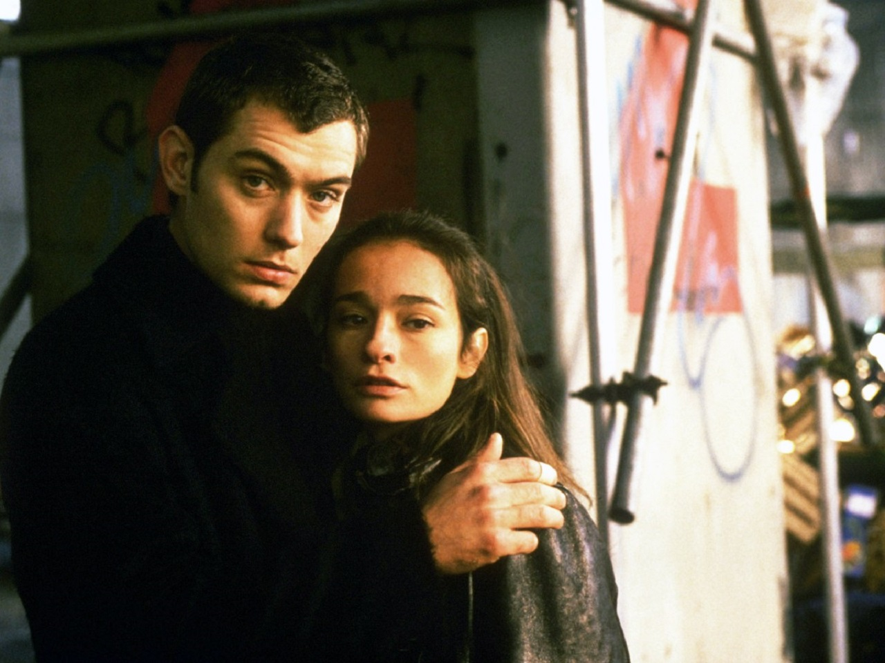 Jude Law and Elina Löwensohn in The Wisdom of Crocodiles (1998)