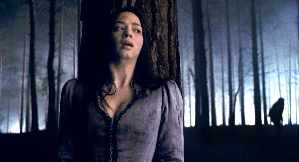 Emily Blunt hunted by the werewolf in The Wolfman (2010)