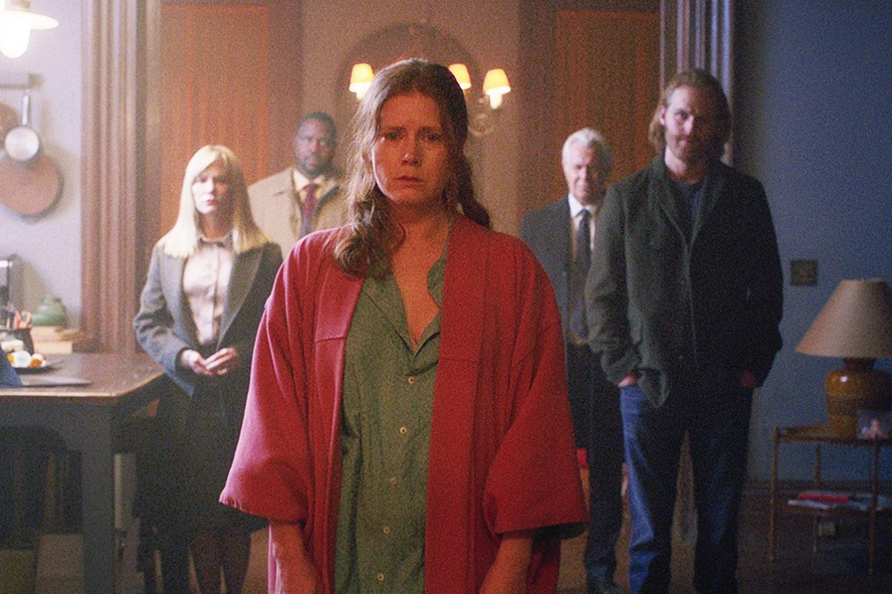 Jennifer Jason Leigh, Brian Tyree Henry, Amy Adams, Gary Goldman and Wyatt Russell in The Woman in the Window (2021)