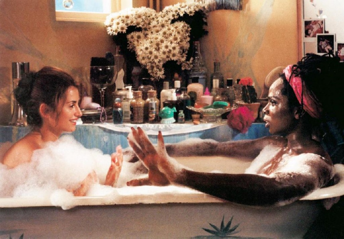 Isabella (Penelope Cruz) and Monica (Harold Perrineau) share a bath in Woman on Top (2000)
