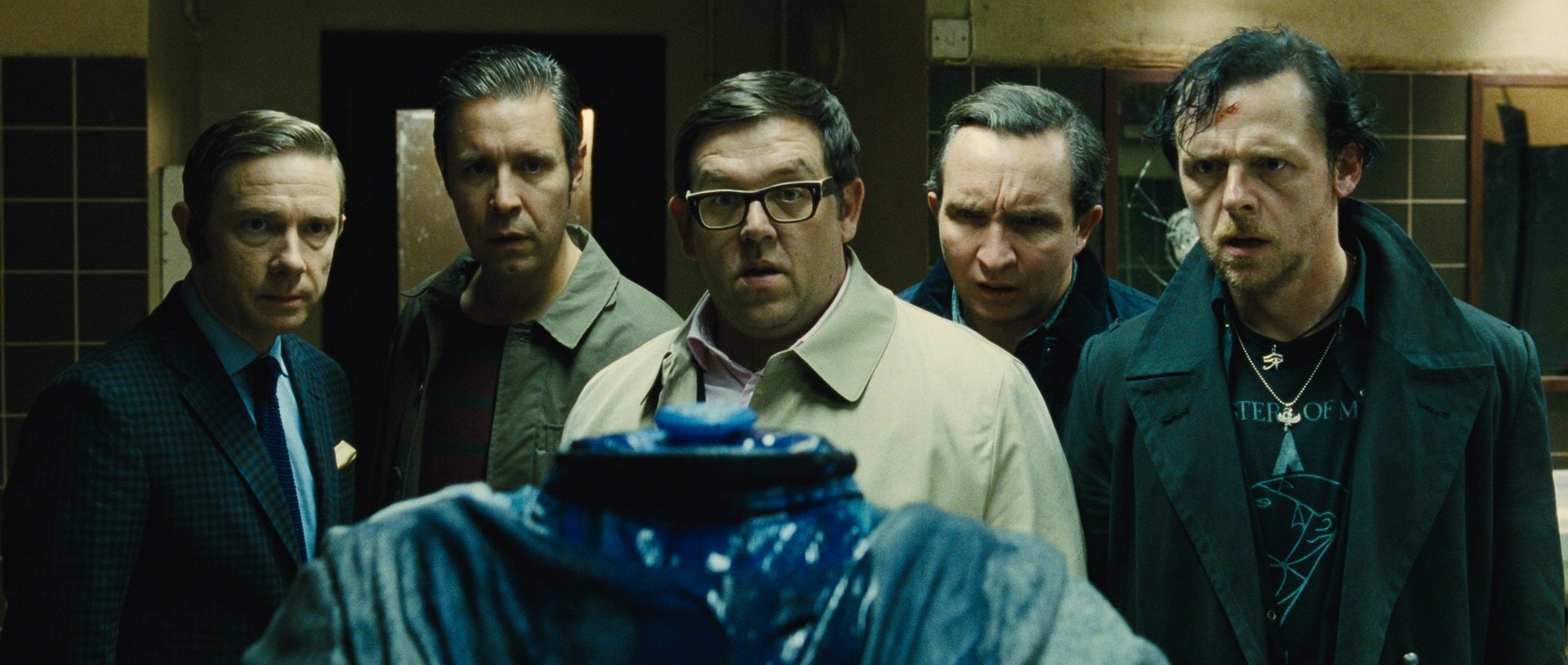 Martin Freeman, Paddy Considine, Nick Frost, Eddie Marsan and Simon Pegg deal with a decapitated android in The World's End (2013)