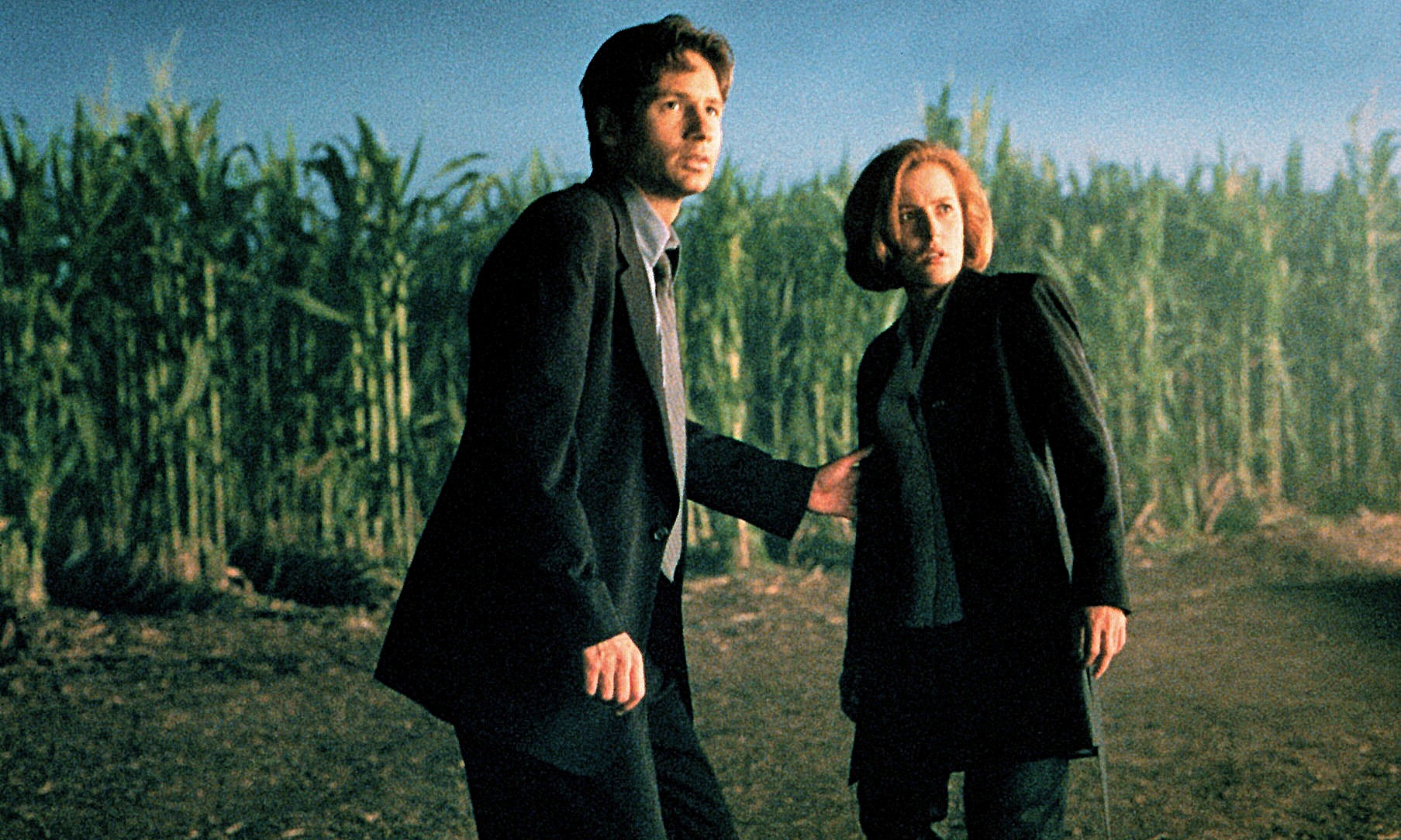 FBI agents Fox Mulder (David Duchovny) and Dana Scully (Gillian Anderson) in The X Files (1998)