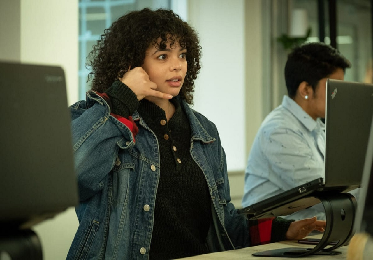 Lydia West as Bethany Bisme-Lyons with hand cellphone in Years and Years (2019)