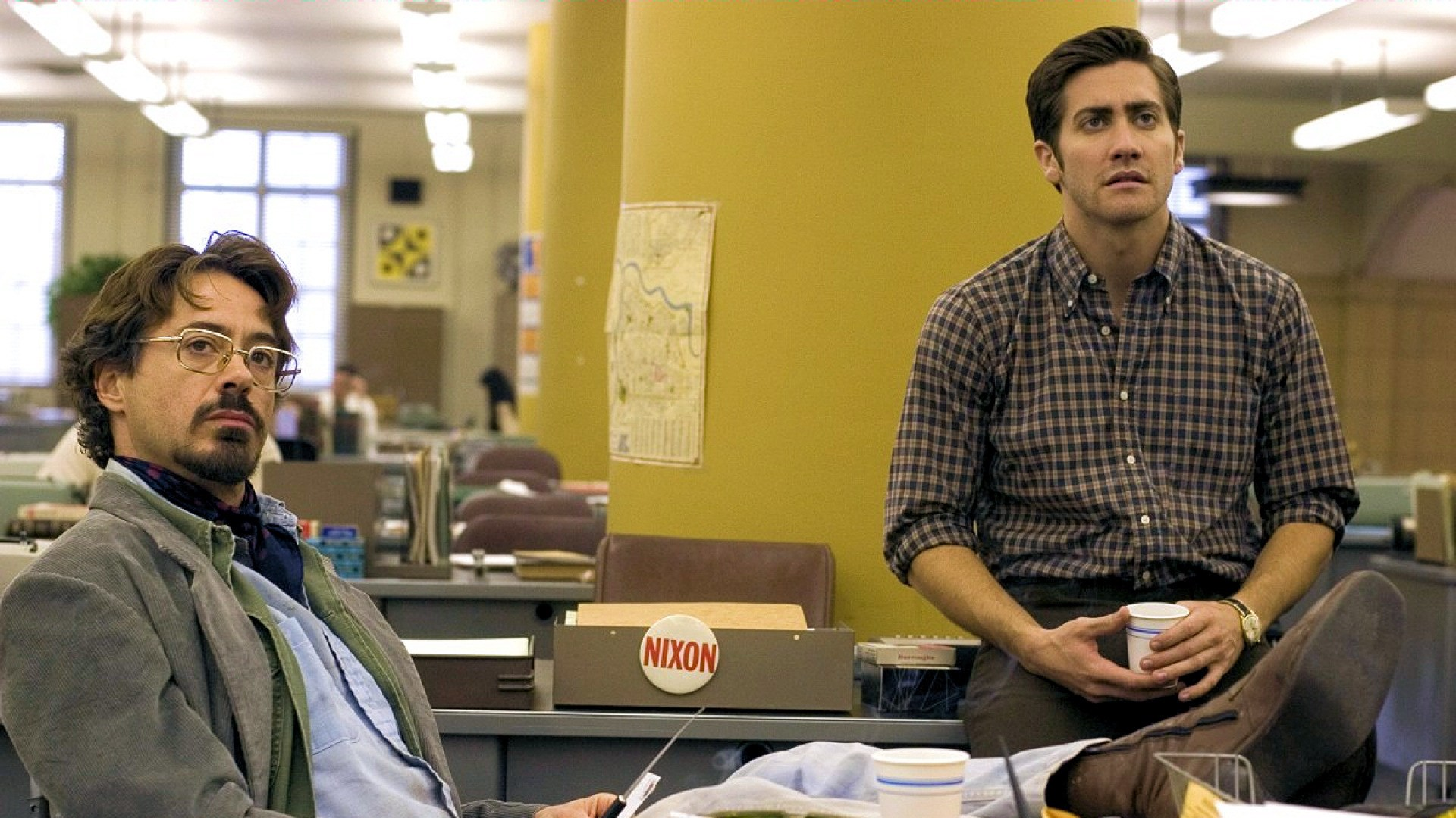 (l to r) Journalist Paul Avery (Robert Downey Jr) and cartoonist Robert Graysmith (Jake Gyllenhaal) begin their investigation into the case in Zodiac (2007)