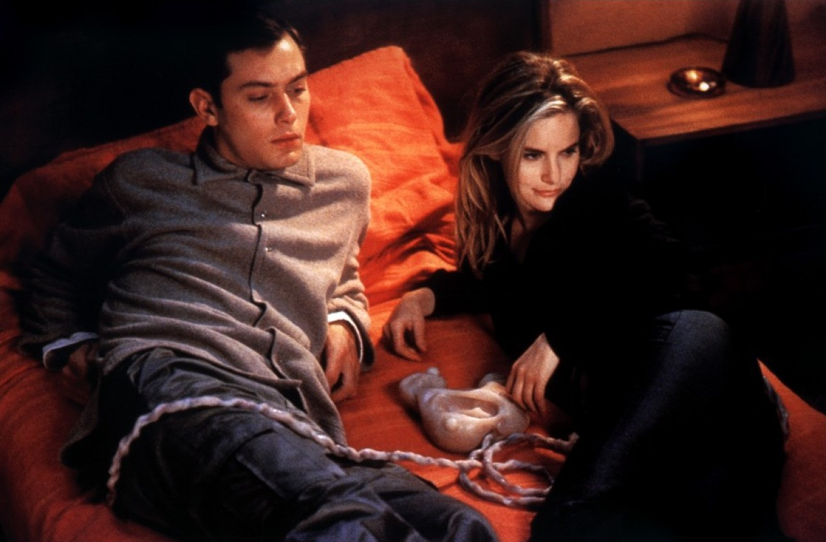 Ted Pikul (Jude Law) and Allegra Geller (Jennifer Jason Leigh) plug into a game pod in eXistenZ (1999)